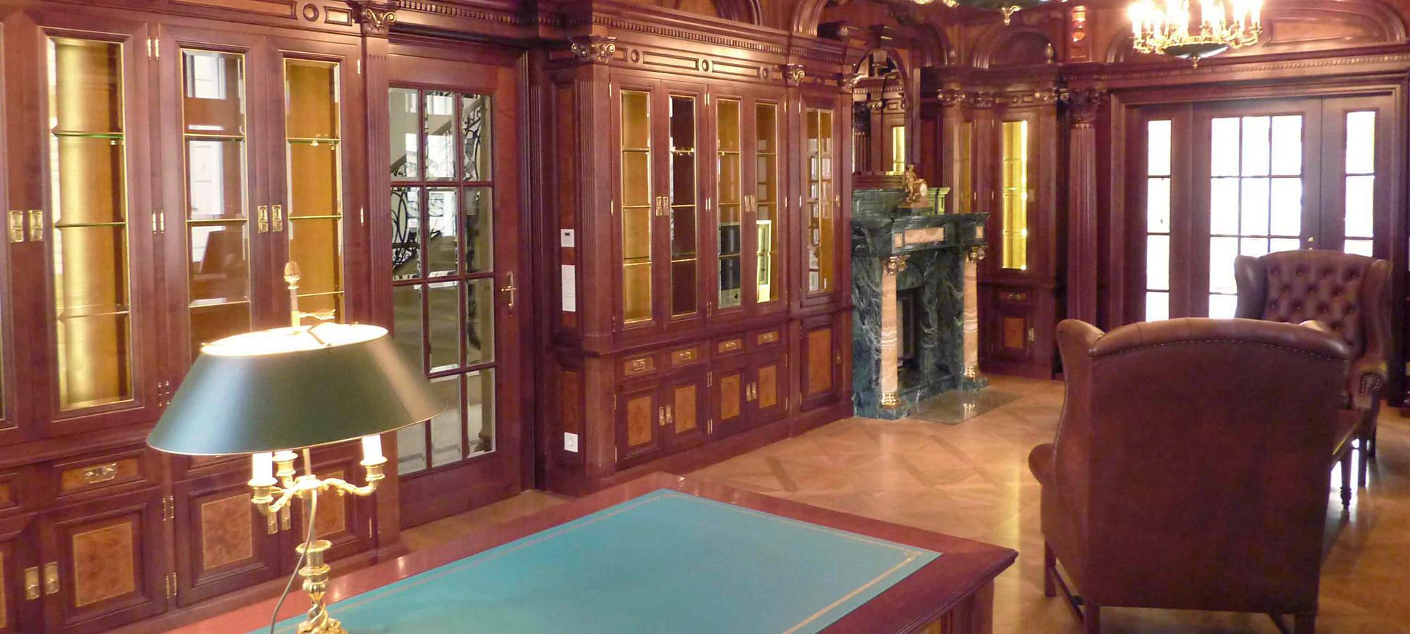 exklusiver Herrensaal aus Holz